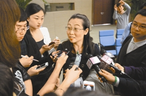 �拍得四块广告牌的深圳某公司代表吕女士被记者围住采访。深圳特区报记者 丁庆林 摄