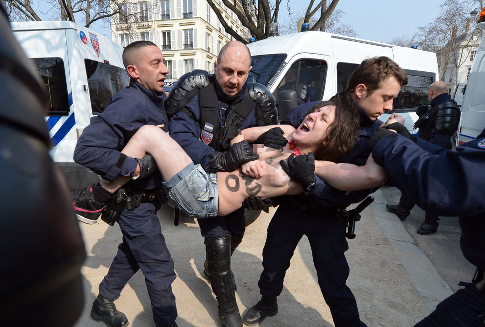 乌克兰女权组织全球连环示威声援突尼斯女孩