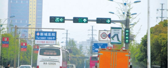 路口的红绿灯乱了 害得司机油门刹车一阵乱踩