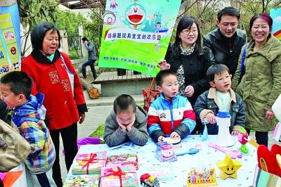 建邺区奥体幼儿园的小朋友将自己的玩具捐出来