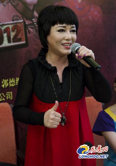 大宅门 主题曲演唱者胡晓晴正在现场演唱