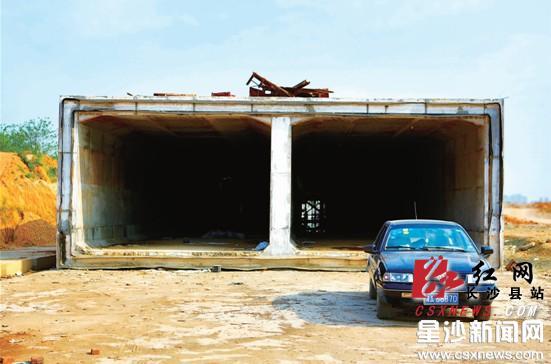雨水箱涵内部十分宽敞,像双向隧道,在里面开小汽车绰绰有余。章帝 摄