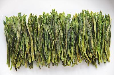"""就一小朵,而""""茶树王""""的芽叶,则是肥肥硕硕的一长根,用手估一估,足有八"""