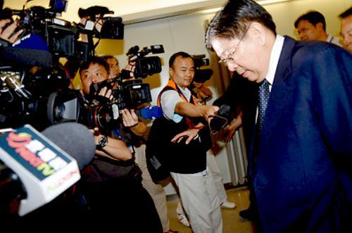 菲律宾驻台代表白熙礼(右一)14日晚抵达台北桃园机场时被大批媒体围堵。