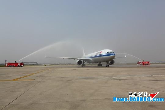 飞机降落天津滨海国际机场通过水门