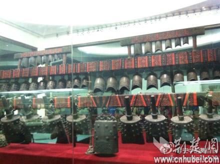 上午在湖北省博物馆曾侯乙墓展厅参观,曾侯乙编钟的外围玻璃突然爆裂.