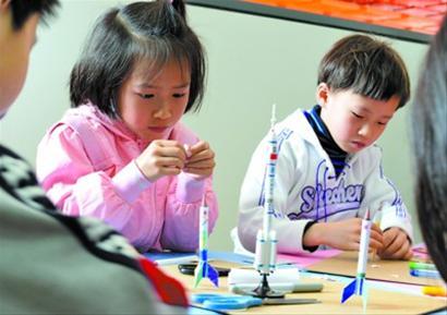 小朋友们正按照火箭模型,制作铅笔头弹射小火箭.