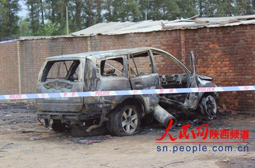 氧气瓶爆炸飞出百米砸中越野车 二次爆炸车成骨架