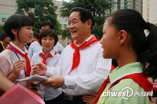 魏民洲、毛万春同西安小学生欢庆六一玩游戏