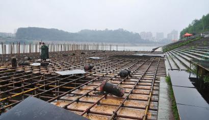 正在搭建的龙舟节舞台.