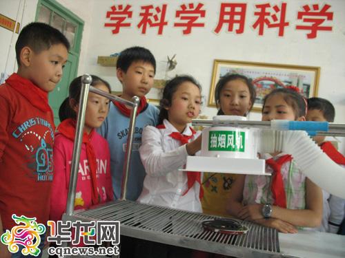 放学看到街边烧烤不环保 重庆小学生发明抽油烟烧烤架图片