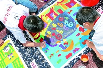 、十二生肖画、拼贴画等,学习和 用童心画出家乡的可爱和美丽.