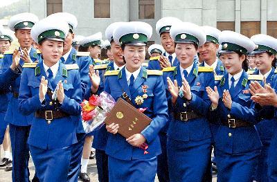 英雄 金正恩/朝鲜女交警李庆心获奖后的照片。
