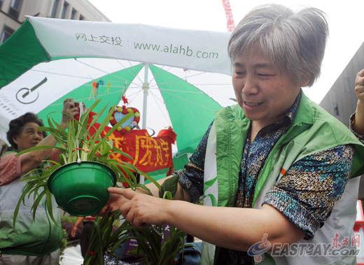废弃的泡面碗制作的花盆