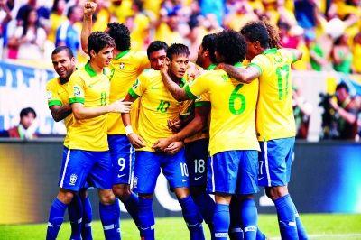 巴西队球员庆祝内马尔(中)的进球.新华社发-巴西迎来 内马尔日图片