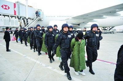 19名犯罪嫌疑人被淮安警方从菲律宾押解回国时的情景。资料图片