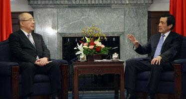 """马英九(右)10日在官邸接见中国国民党荣誉主席吴伯雄(左)大陆访问团。吴伯雄将率团访问北京并与大陆领导人会面。 图片来源:台湾""""中央社"""""""