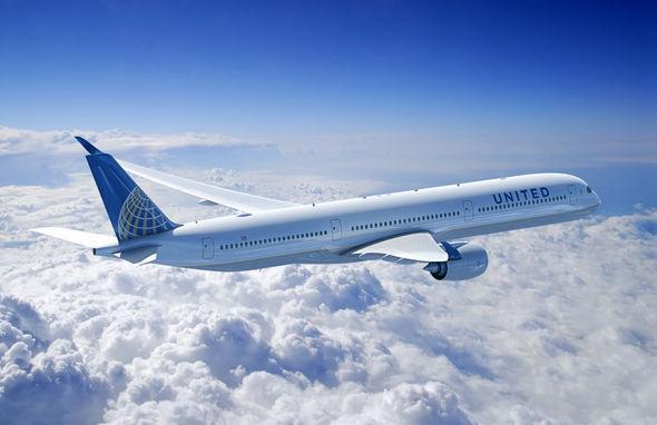 美国联合航空公司A350-1000飞机想像图 图片:空中客车公司(Airbus photo) 人民网巴黎6月20日电 (徐春娜)美国联合航空公司和空中客车公司在巴黎航展上签署协议,订购35架A350-1000飞机。根据协议,这35架飞机包括:美联航原来订购的25架A350-900飞机转换为更大的A350-1000飞机,另外美联航又追加订购了10架A350-1000飞机。 A350-1000飞机是A350XWB宽体飞机系列中体型最大的,在典型三级客舱布局下,可搭载350名乘客,航程为8400海里(1550
