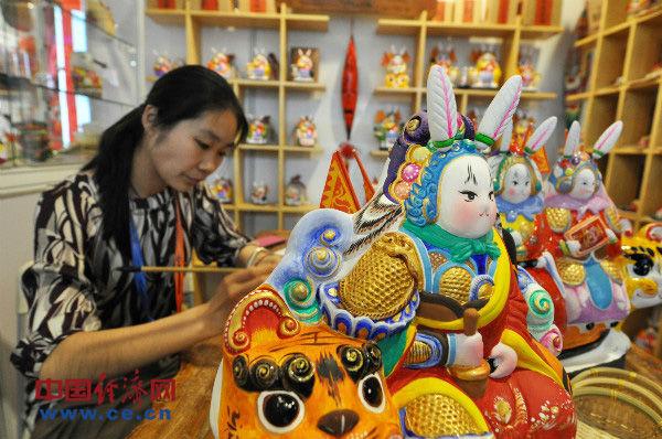 这是一名传统手工艺者现场制作老北京传统的民俗品