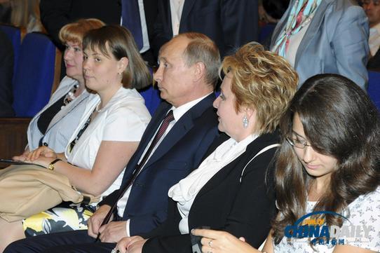 6月6日,俄罗斯总统普京和夫人普京娜宣布离婚。图为两人当天在克里姆林宫观看表演。