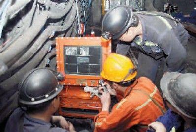 科研人员在煤矿井下现场监控水力压裂运行情况