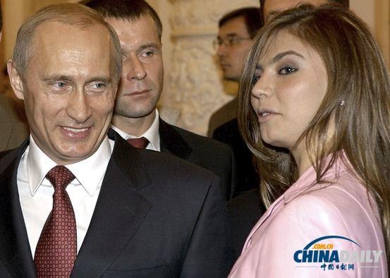 有流言说,普京和前体操运动员卡巴耶娃有染,并育有私生子。图为2004年两人在一起。(资料图片)
