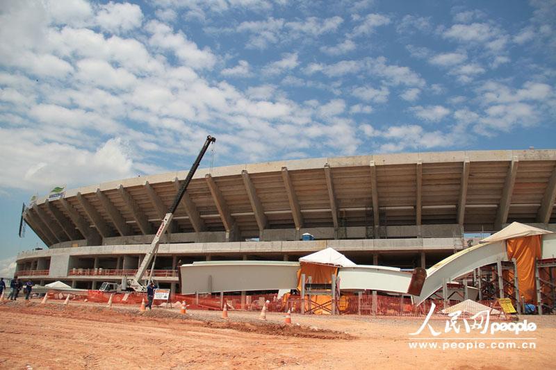 球场外观 人民网玛瑙斯7月29日电 (记者 颜欢)玛瑙斯位于神秘又令人向往的亚马孙地区,也是巴西亚马孙的首府。作为曾经的橡胶工业中心,玛瑙斯上世纪60年代中下旬在政府的帮助下,建立巴西唯一一个、拉美最大的自由贸易区,同时也是一个世界闻名的旅游城市。在巴西获得2014年世界杯举办权后,玛瑙斯被巴西政府选定为亚马孙地区和巴西北部地区的主办城市之一,并重建了一座能够容纳43500名观众、现代化的亚马孙体育场。 7月29日,本网记者随球场管理团队总协调人米盖尔内托走进了亚马孙体育场,了解这座球场到目前为止的修建