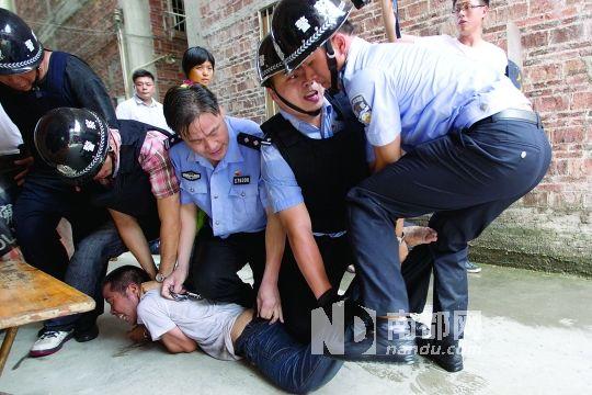 昨日下午两点半左右,鹤山市雅瑶镇石湖村委会石田村,警方将男子从出租
