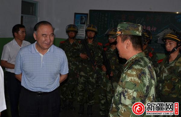 左一)慰问执行维稳任务的武警部队-新疆农村信用社联合社慰问霍城图片