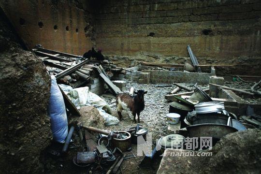 3 .云南永善黄华镇水田村地处金沙江畔,移民搬迁正在进行中。随着溪洛渡水电站蓄水,村子里许多百年老屋即将随整个古村被淹没水下。