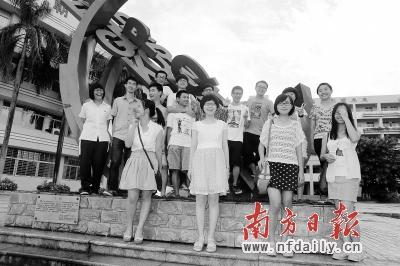 东莞市东华高级中学,部分高分考生在校园里合影。他们以优异成绩分别考取北大、清华、香港大学等名校。