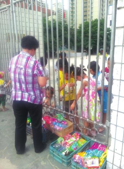 兰州范家湾小学门口有人隔着零食铁门兜售学校滨湖区v小学小学图片