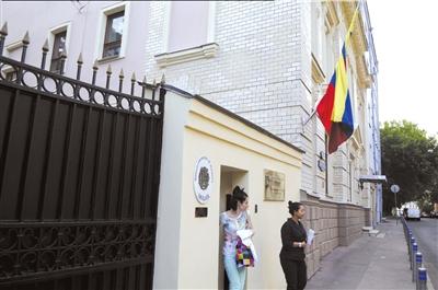 """7月9日,在俄罗斯莫斯科,两名女士从委内瑞拉驻俄罗斯大使馆内走出。新华社发登录手机应用平台,免费下载并使用""""云拍"""",拍摄图片观看视频。"""