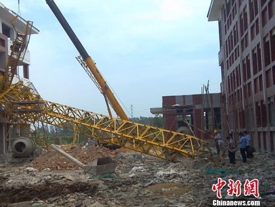 江苏盐城一在建学校塔吊倒塌