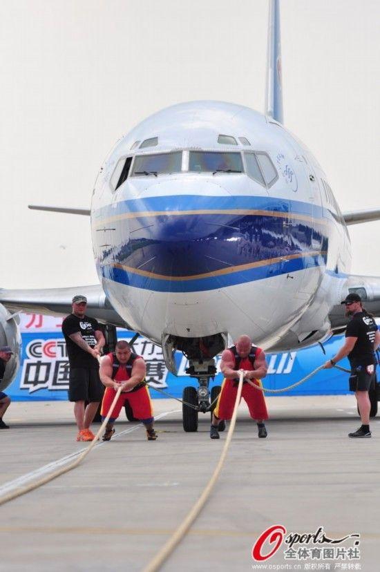 双人拉重达34吨的波音737飞机