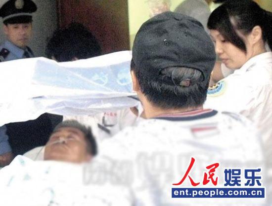 .从一组赵本山昏迷被担架送入医院的照片,到一张赵本山伸出胜利手图片