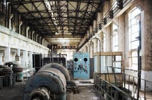 锈迹斑斑的机器在停产的火电厂里荒废