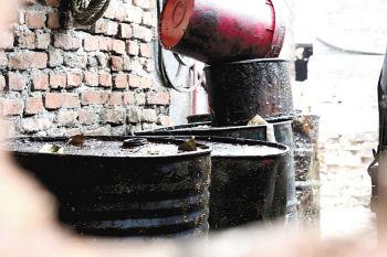 在炉子周边,堆放着多只油桶