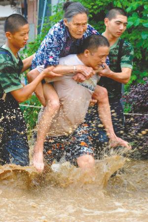 男子洪水中救人遭妻子埋怨 回答:你晓得个锤子