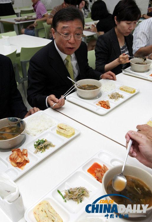 韩国首尔,首尔大学校长吴然天在学校食堂内吃午餐.