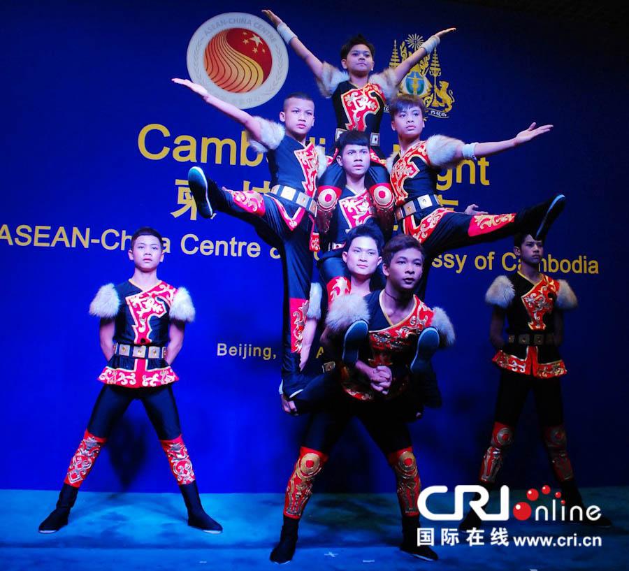 柬埔寨来华进修杂技演员汇报演出叠罗汉