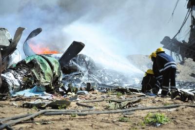 消防员在军用飞机坠毁