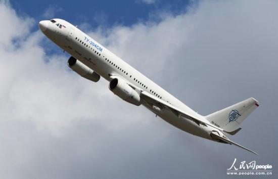 正在进行单机飞行表演的图-204sm客机