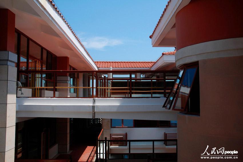 这是刚刚竣工的厦门大学幼儿园。 2013年8月5日,身在滨海城市,能推窗看海是无数人的梦想。白城沙滩旁的一栋建筑,从一层到四层,每一个房间都是无敌海景房,微博上的这条信息引来无数羡慕声,更让小伙伴们惊呆的是,这不是私人别墅,也不是五星酒店,这是刚刚竣工的厦门大学幼儿园。厦大幼儿园瞬间火了。小朋友太幸福了!居然能看到这么美丽的海景!如此幼儿园,真是豪华!网友们一边转发一边感叹。 昨日,记者实地探访了这所豪华海景幼儿园。厦大幼儿园园舍正对着胡里山海岸,白城海域尽收眼底。幼儿园白墙