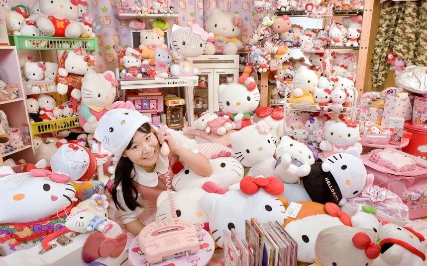 她的房间有各式各样的kitty物品
