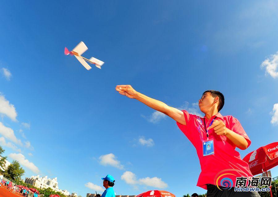 8月6日,第十五届飞向北京—飞向太空全国青少年航空航天模型教育竞赛总决赛正在进行中,来自全国的1000多名青少年航模精英到场献技。图为参赛选手在进行橡筋动力模型飞机创意赛的比赛。(南海网记者秦彦摄)