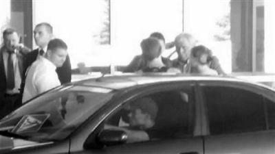 媒体公布了一张斯诺登准备乘车离开机场的模糊图片。
