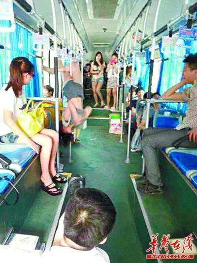 长沙钢管公交车上跳阿姨美女溜冰舞劈叉叫板美女/图图片