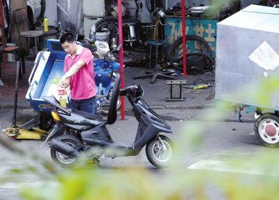 摩托车修理铺私售散装汽油