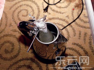 """""""瘾君子""""自制工具吸毒:热水壶融冰毒 饮料瓶制""""马壶"""""""